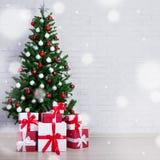 Albero di Natale decorato con le palle variopinte ed i contenitori di regalo più Fotografia Stock
