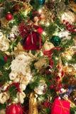 Albero di Natale decorato con Santa e le bambole fotografia stock libera da diritti