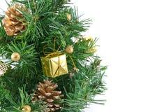 Albero di Natale decorato dorato isolato Fotografia Stock