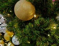 Albero di Natale decorato e illuminato, tonalità d'annata Fotografia Stock