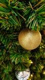 Albero di Natale decorato e illuminato, tonalità d'annata Immagine Stock