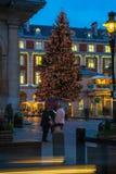 Albero di Natale decorato nel giardino di Covent, Londra Regno Unito Immagini Stock Libere da Diritti