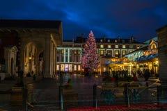 Albero di Natale decorato nel giardino di Covent, Londra Regno Unito Immagini Stock
