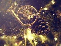 Albero di Natale decorato sull'vago su, scintillando Immagine Stock