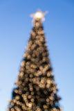 Albero di Natale Defocused con le luci vaghe Immagini Stock Libere da Diritti