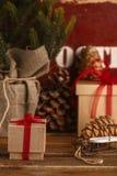 Albero di Natale dei regali di Natale e gli attributi del Natale Immagine Stock Libera da Diritti