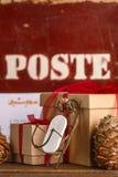 Albero di Natale dei regali di Natale e gli attributi del Natale Fotografia Stock