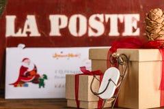 Albero di Natale dei regali di Natale e gli attributi del Natale Immagini Stock