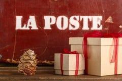 Albero di Natale dei regali di Natale e gli attributi del Natale Fotografia Stock Libera da Diritti