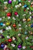 Albero di Natale del fondo con le palle multicolori fotografie stock libere da diritti