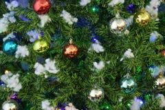 Albero di Natale del fondo con le palle multicolori immagini stock libere da diritti