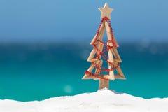 Albero di Natale del legname galleggiante decorato con serie di bagattelle rosse a Fotografia Stock