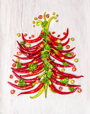 Albero di Natale del peperoncino rosso caldo su fondo di legno bianco Fotografia Stock Libera da Diritti