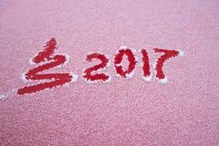 Albero di Natale del segno 2017 e dipinto orizzontalmente sulla neve Immagine Stock
