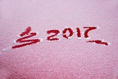 Albero di Natale del segno 2017 e dipinto sulla neve nel mezzo Fotografia Stock