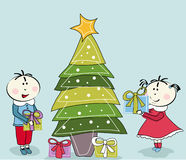 Albero di Natale della bambina, del ragazzino e Immagini Stock