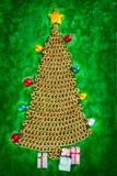 Albero di Natale della catena dorata su verde Immagini Stock Libere da Diritti