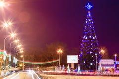 Albero di Natale della città sul quadrato alla notte Immagine Stock
