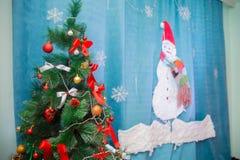Albero di Natale della stanza, decorazione interna domestica di natale, giocattoli, decorazioni di Natale, zona della foto Fotografia Stock Libera da Diritti