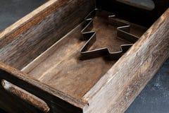 Albero di Natale della taglierina del biscotto di Natale in scatola di legno fotografie stock libere da diritti