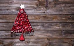 Albero di Natale delle palle rosse su fondo di legno Fotografie Stock