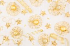 Albero di Natale delle stelle d'oro, palle, nastri del ricciolo sul bordo di legno bianco molle, vista superiore Fotografia Stock Libera da Diritti