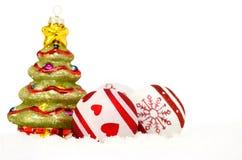 Albero di Natale e bagattelle in neve Immagini Stock Libere da Diritti