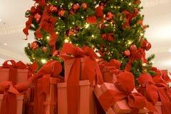 Albero di Natale e contenitori di regalo Immagini Stock