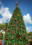 Albero di Natale e contenitori di regalo decorati, con cielo blu Fotografia Stock Libera da Diritti
