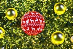 Albero di Natale e decorazioni e luci Immagini Stock Libere da Diritti