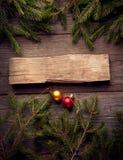 Albero di Natale e decorazioni su fondo di legno Fotografia Stock