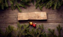 Albero di Natale e decorazioni su fondo di legno Immagine Stock Libera da Diritti