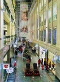 Albero di Natale e della gente a Galerija Centrs a Riga Fotografia Stock