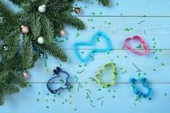 Albero di Natale e di Bakeware su un blu di legno Fotografie Stock