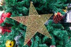 Albero di Natale ed ornamenti di natale Immagine Stock