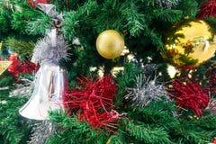 Albero di Natale ed ornamenti di natale Fotografia Stock Libera da Diritti
