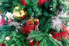 Albero di Natale ed ornamenti di natale Immagini Stock Libere da Diritti