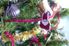 Albero di Natale ed ornamenti di natale Fotografie Stock