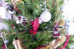 Albero di Natale ed ornamenti di natale Fotografie Stock Libere da Diritti