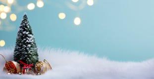Albero di Natale ed ornamenti della decorazione della bagattella di feste fotografia stock