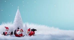 Albero di Natale ed ornamenti della decorazione di Santa di feste fotografia stock libera da diritti