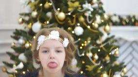 Albero di Natale elegante decorato con le palle di vetro di luccichio e le luci leggiadramente video d archivio