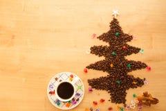 Albero di Natale fatto dai chicchi di caffè con la decorazione Fotografia Stock Libera da Diritti
