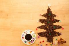 Albero di Natale fatto dai chicchi di caffè con la decorazione Immagini Stock