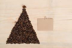 Albero di Natale fatto dai chicchi di caffè e dalla carta di carta sulla b di legno Fotografia Stock