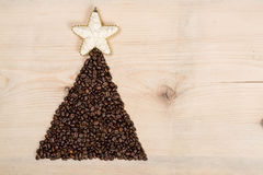 Albero di Natale fatto dai chicchi di caffè su fondo di legno top Fotografie Stock Libere da Diritti