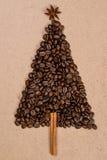 Albero di Natale fatto dai chicchi di caffè su fondo di legno top Immagine Stock Libera da Diritti