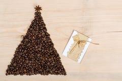 Albero di Natale fatto dai chicchi di caffè su fondo di legno top Fotografia Stock