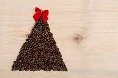Albero di Natale fatto dai chicchi di caffè su fondo di legno top Fotografia Stock Libera da Diritti