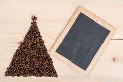 Albero di Natale fatto dai chicchi e dalla compressa di caffè su backg di legno Fotografie Stock